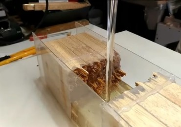 Какие инструменты используются для работы с эпоксидной смолой