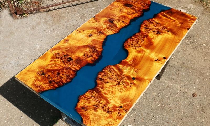 Стол из капового тополя и полимерной эпоксидной реки