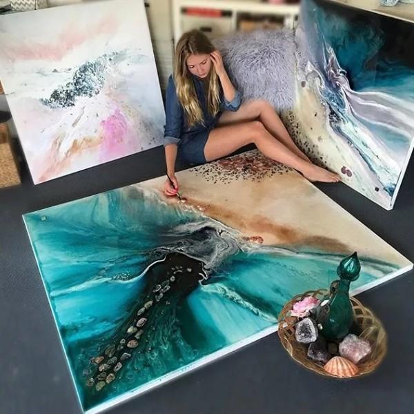 Девушка в процессе рисования